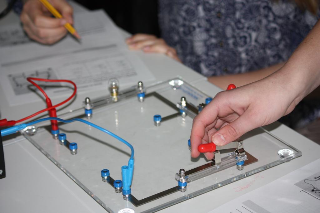 Theorie und Praxis verbinden sich in den Naturwissenschaften.